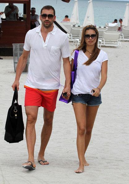 Адриана Лима с мужем Марком Яриком на пляже