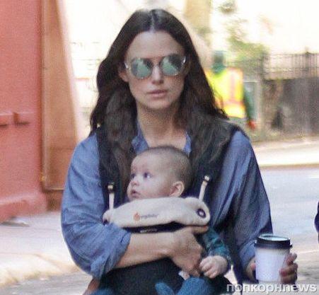 Кира Найтли на прогулке с 5-месячной дочкой