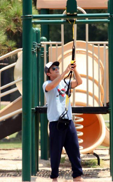 Зак Эфрон тренируется на детской площадке