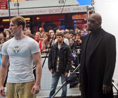"""Крис Эванс и Сэмюэль Л.Джексон на съемках фильма """"Первый мститель"""""""
