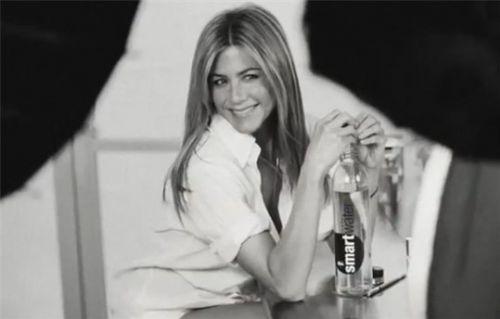 Видео: Дженнифер Энистон на съемках рекламы Smartwater