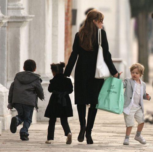 Анджелина Джоли гуляет с детьми по Венеции. 27 марта