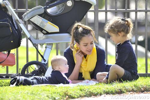 Джессика Альба с семьей в Брентвуде