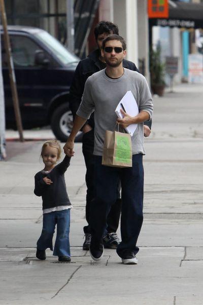 Тоби Магуайр со своей семьей. Лос Анджелес 06/12