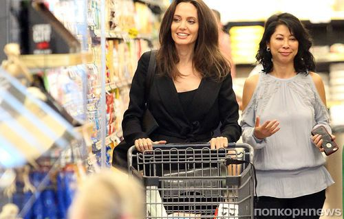 Анджелина Джоли «подстроила» фотосессию в супермаркете