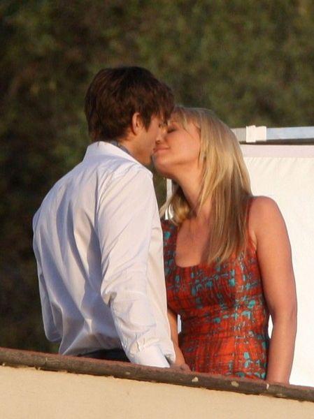 Поцелуй Эштона Катчера и Кэтрин Хейгл