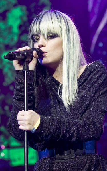 Блондинка Лили Аллен выступает в Лондоне