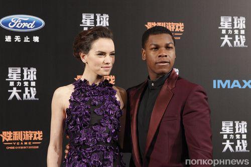 Джон Бойега и Дэйзи Ридли на премьере фильма «Звездные войны: Пробуждение силы» в Шанхае