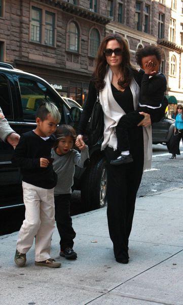 Анджелина Джоли и дети: шоппинг в Нью-Йорке