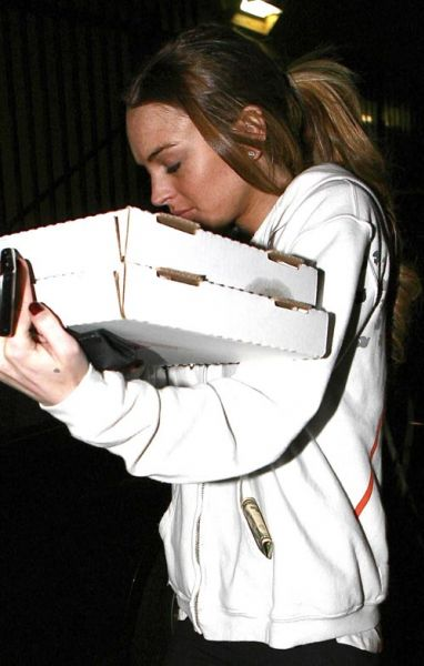 Линдсей Лохан сама приносит пиццу
