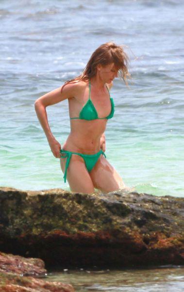 Кэмерон Диаз на пляже на Гавайях