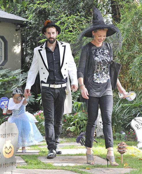 Кэтрин Хайгл с семьей по пути на Хэллоуин-вечеринку