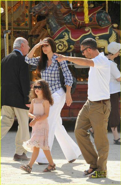 Моника Беллуччи и Венсан Кассель с дочкой