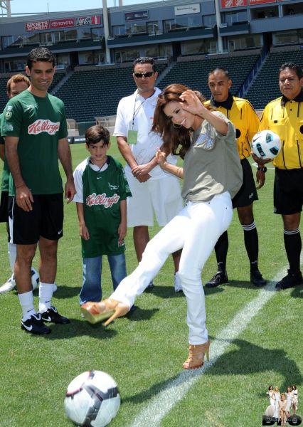 Ева Лонгория на благотворительном матче по футболу