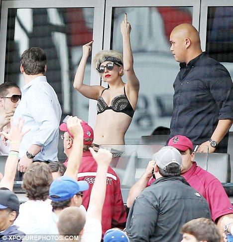 Lady Gaga на мачте по бейсболу в Нью-Йорке