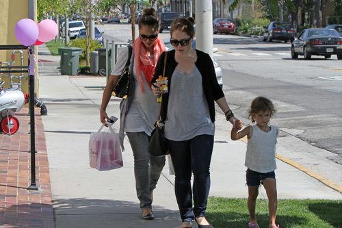 Джессика Альба с дочерью в детском магазине в Голливуде