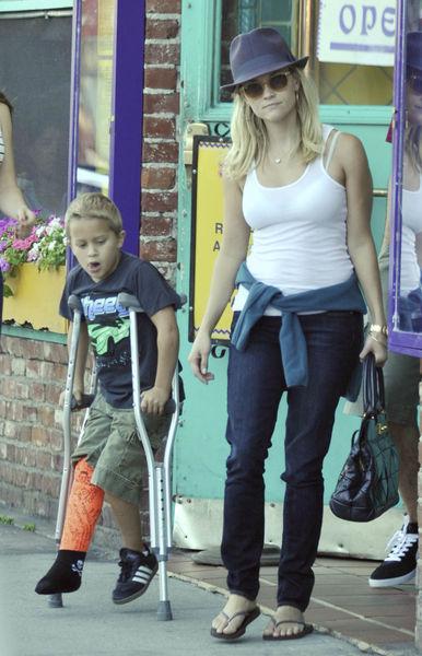 Риз Уизерспун в Санта-Монике вместе с сыном и бойфрендом