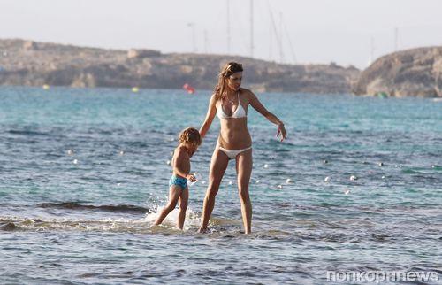 Алессандра Амбросио с детьми в Испании: каникулы продолжаются