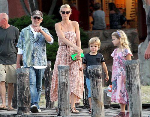 Гвинет Пэлтроу с детьми на Сардинии