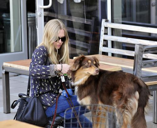 Аманда Сейфрид и ее любимая собака