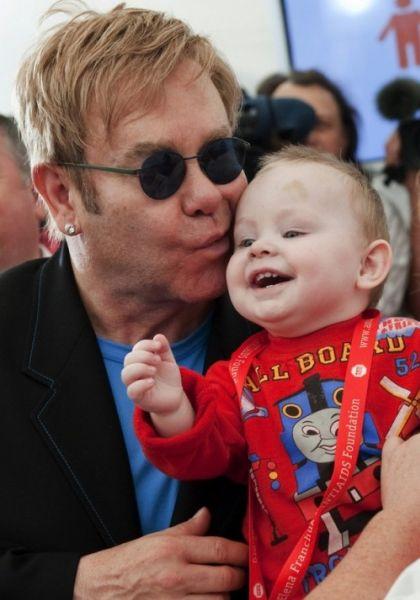 Элтон Джон хочет усыновить мальчика из Украины