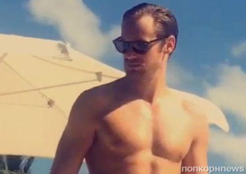 Видео: Александр Скарсгард отдыхает у бассейна