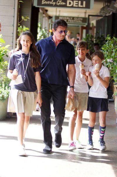 Сильвестер Сталлоне и его хихикающие дочки