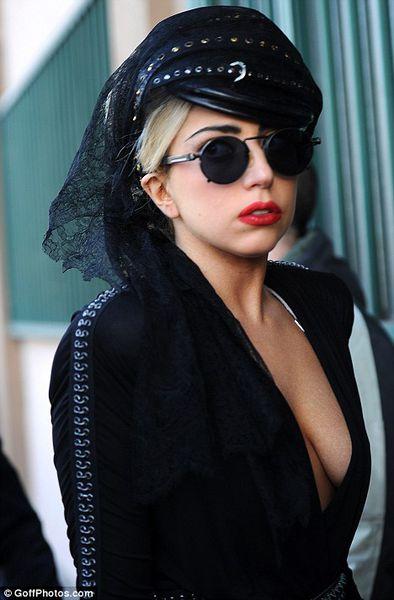 Lady GaGa шокирует итальянцев своим видом