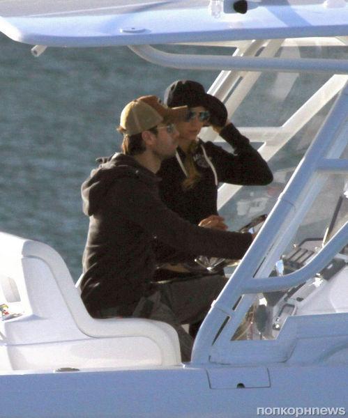 Энрике Иглесиас и Анна Курникова катаются на лодке