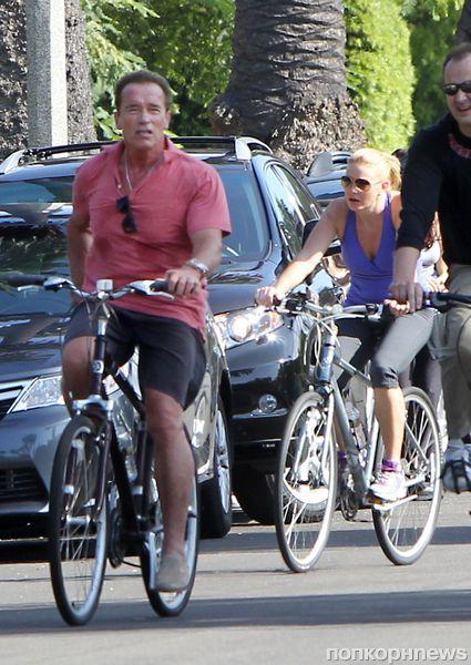 Арнольд Шварценеггер на велосипедной прогулке с таинственной незнакомкой