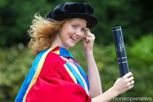 Лили Коул получила научную степень