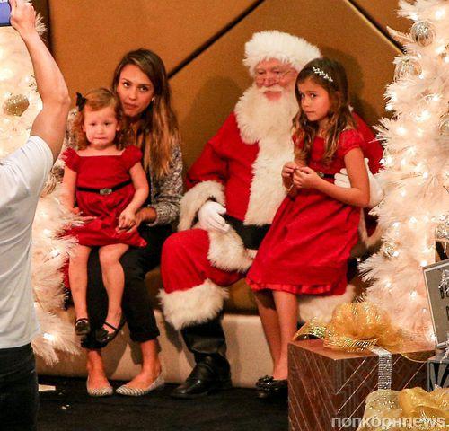 Джессика Альба с семьей в гостях у Санта-Клауса