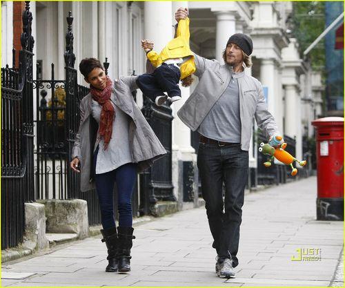 Халли Берри, Габриэль Обри и Нала в Лондоне