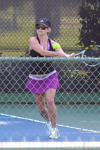 Беременная Риз Уизерспун играет в теннис