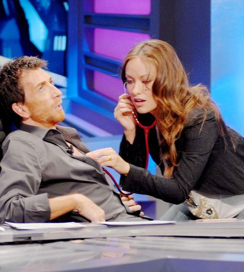 """Видео: звезда сериала """"Доктор Хаус"""" поиграла в доктора на испанском ТВ"""