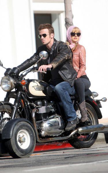 Кристина Агилера и Кэм Жиганде катаются на мотоцикле