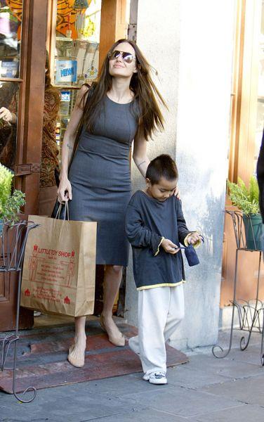 Анджелина Джоли: с сыном по магазинам