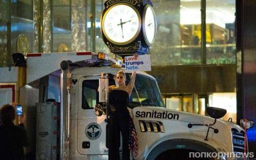 Леди Гага устроила протест перед башней Трампа