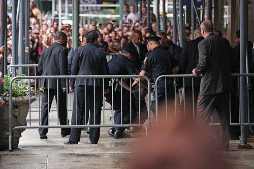 Джастина Бибера повалили на землю на встрече с фанатами
