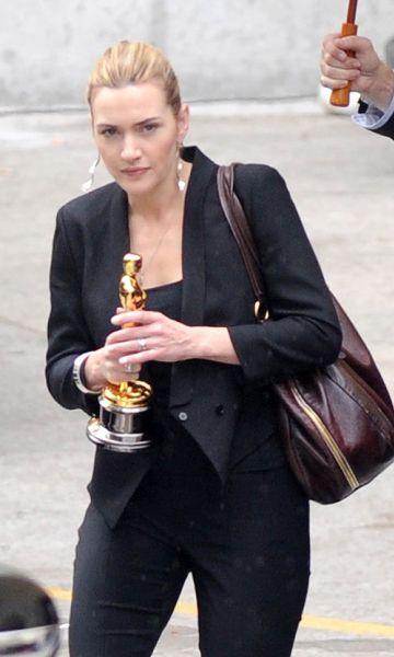 Кейт Уинслет держит Оскар двумя руками