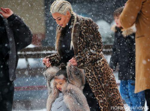 Фото: Ким Кардашьян учит дочку Норт Уэст кататься на коньках