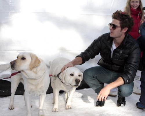 Зак Эфрон с собаками на  чемпионате по снежному поло в Аспене