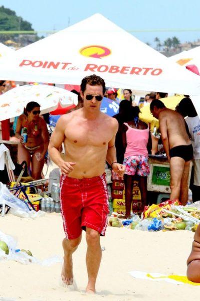 Мэттью МакКонохи работает над телом в Рио-Де-Жанейро