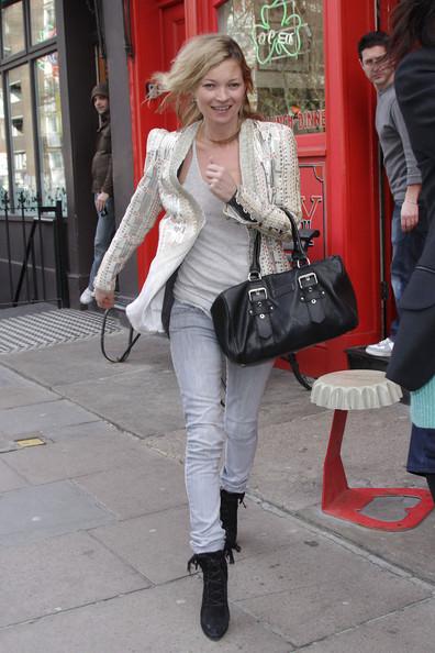 Кейт Мосс борется с лондонским ветром