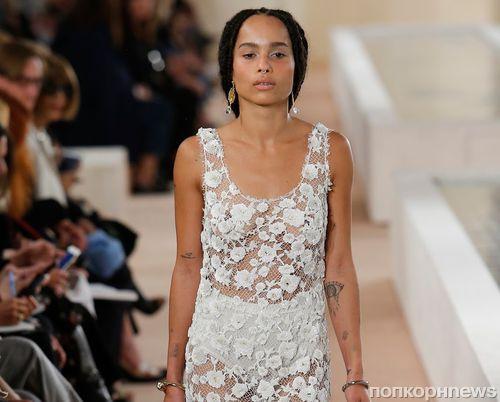 Зои Кравиц, Никола Пельтц и другие актрисы приняли участие в модном показе Balenciaga. Весна / лето 2016
