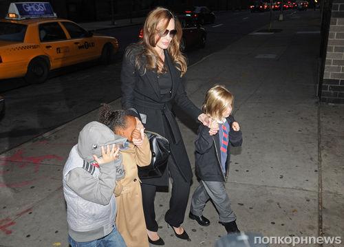 """Анджелина Джоли с детьми отправилась посмотреть """"Маппетов"""""""