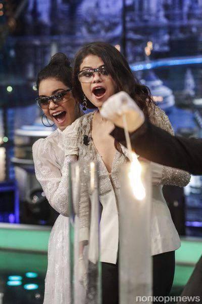 Ванесса Хадженс и Селена Гомес на шоу El Hormiguero