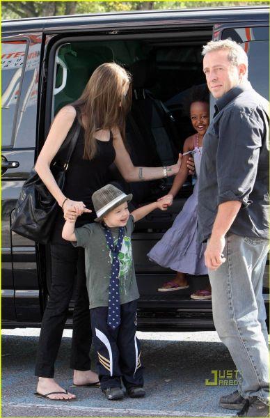 Анджелина Джоли с Шайло и Захарой за покупками в супермаркет