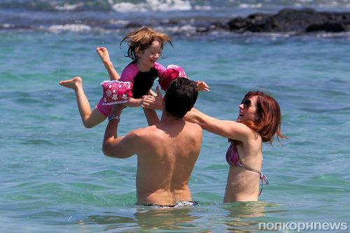 Элисон Ханниган на пляже с семьей