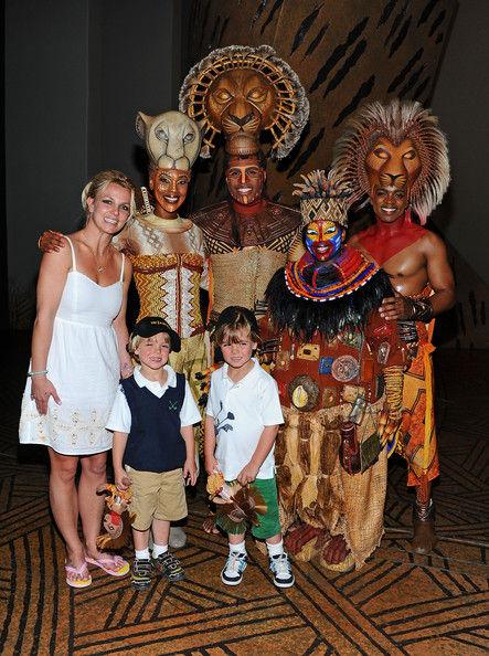 """Бритни Спирс с детьми на шоу """"Король Лев"""""""